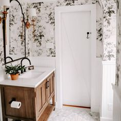 Atrendy trend, more and more people are decorating their rooms with antique wood furniture, old mirror frames, candlesticks, and elegant curtains. Decor, Rose Wallpaper, Home, Girls Bathroom, Bathroom Styling, Farmhouse Master Bathroom, Small Bathroom Wallpaper, Bathroom Design, Bathroom Decor