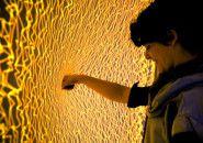Instalação interativa Firewall: música e efeitos visuais com as mãos