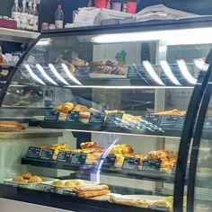 100% glutenfrei Budapest: Rundum versorgt im Cöli Bisztró - glutenreise Hot Dogs, Budapest, Gluten Free Foods, Baked Goods, Food Menu, Vegetarian, Viajes