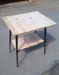 Mesa de hierro con bases de madera de pino