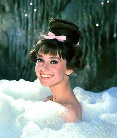 """""""Hayatı hayat yapan en önemli şey 'mutlu olmak'tır. İşte bu, tüm sorunların en gizli anahtarıdır."""" Audrey Hepburn"""