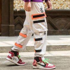 Jogging / Pantalon style streetwear asiatique pour un look tendance.  Ce vêtement est en taille asiatique, donc nous vous conseillons de prendre une taille au dessus. Par exemple si vous portez S, prenez du M. Ou suivez le guide des tailles pour trouver votre taille.Meilleure Boutique STREETWEAR Best Streetwear Brands, Style Streetwear, Streetwear Summer, Japanese Streetwear, Streetwear Fashion, Mens Joggers, Sweatpants, Pantalon Streetwear, Joggers