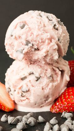 Gelato is a fantastic Italian dessert that will have everyone's taste buds screaming for more. Enjoy these 24 great Italian gelato recipes. Ice Cream Desserts, Köstliche Desserts, Frozen Desserts, Ice Cream Recipes, Dessert Recipes, Strawberry Desserts, Frozen Treats, Frozen Strawberry Recipes, Alcoholic Desserts