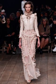 Alexander McQueen Spring/Summer 2016 Ready-To-Wear Paris Fashion Week Couture Mode, Style Couture, Couture Fashion, Runway Fashion, Look Fashion, High Fashion, Fashion Show, Fashion Design, Trendy Fashion