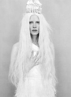 """""""Un jour de plein hiver, une reine était assise à sa fenêtre encadrée de bois d'ébène et cousait. Tout en tirant l'aiguille, elle regardait voler les blancs flocons. Elle se piqua au doigt et trois gouttes de sang tombèrent sur la neige. Ce rouge sur ce blanc faisait si bel effet qu'elle se dit : « Si seulement j'avais un enfant aussi blanc que la neige, aussi rose que le sang, aussi noir que le bois de ma fenêtre ! »"""" (Blanche Neige) ♥"""