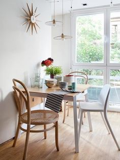 Comedor mini junto a la ventan en madera y blanco