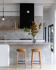 In love with the simplicity and elegance of this kitchen. 😊 Matching backsplash and countertop look amazing here. 😊 Stay up to date with kitchen trends by subscribing to our newsletter: 😊 📷 rosstangarchitects . Kitchen Showroom, Kitchen Interior, Luxury Kitchens, Home Kitchens, Küchen Design, House Design, Design Trends, Classic Kitchen, Decoration Inspiration