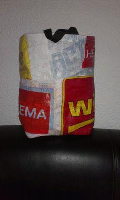 Werkbeschrijving:  - Kreuktasjes verzamelen - ± 8 tasjes voor een deel vd tas - Bakpapier erover leggen - Strijkijzer op wol of nylon zetten (evt. warmer) - Tasjes aan elkaar smelten - Delen aan elkaar naaien - bodem erin naaien - Handvatten van sterk band maken