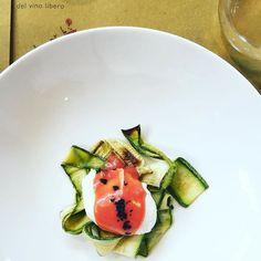 Uovo poché su un letto di zucchini (in agrodolce, tipo...), con pesto di pomodoro. Buonerrimo. 😋 __________ Disguido, Osteria del vino libero.  #food #foodie #foodporn #jj_emotional #osteriadelvinolibero #fontanafredda #onthetable #ig_piemonte #whatitalyis #browsingitaly #dinner #instalallegra #bellodamangiare