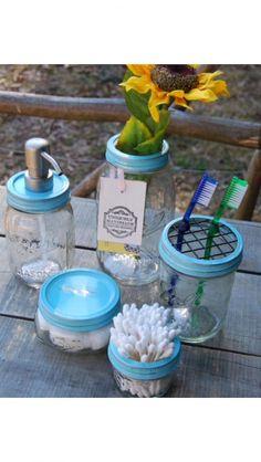 DIY Bathroom organization using Mason Jars. Mason Jar Seifenspender, Mason Jar Bathroom, Mason Jar Flowers, Glass Bathroom, Mason Jar Projects, Mason Jar Crafts, Diy Projects, Diy Storage, Bathroom Organization