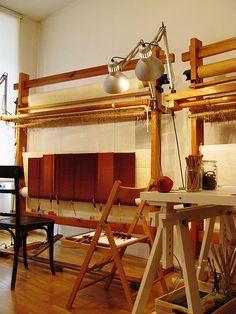 tapestry loom (Friedemann Hoflehner) I'm so jealous Loom Weaving, Hand Weaving, Tapestry Loom, Diy And Crafts, Arts And Crafts, Diy Flooring, Weaving Patterns, Weaving Techniques, Art Studios