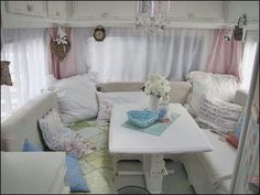 Shabby Chic Camper with table set up Vintage Caravans, Vintage Rv, Vintage Travel Trailers, Vintage Campers, Retro Campers, Vintage Motorhome, Retro Caravan, Rv Campers, Happy Campers