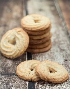 Recipe for Homemade Danish Butter Cookies (Vaniljekranse) [Ah ha! A pastry bag is used. Guess I have to buy one of those. Cocoa Cookies, Vanilla Cookies, Almond Cookies, Cookie Recipes, Dessert Recipes, Danish Butter Cookies, Good Food, Yummy Food, Cookie Press
