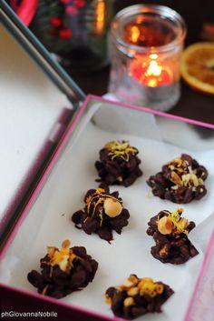 Cioccolatini con farro soffiato, noci, nocciole, scorza di limone e d'arancia  Ricetta/recipe: http://www.lacuocaeclettica.it/