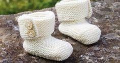 Mjuka sockor håller små tår varma. Denna lättstickade variant med dekorativa knappar ger både gulliga och glada fötter!