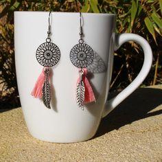 Boucles d'oreilles métal argenté plumes pompons rose : Boucles d'oreille par made-by-ginie