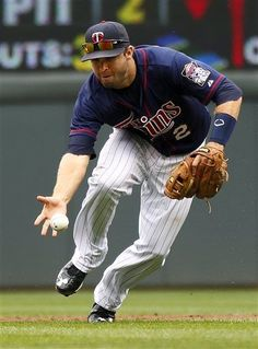 Minnesota Twins second baseman Brian Dozier makes a bare-hand play against the Houston Astros in the third inning of their baseball game in Minneapolis, Sunday, Aug. 4, 2013. (AP Photo/Andy Clayton-King)