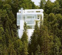Richard Meier's Douglas House, overlooking the Lake Michigan, recently got a refresh. Includes interiors by Le Corbusier, Mies van der Rohe, and Meier himself. Click on the image to see more Modernist buildings.