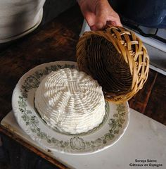 Comment faire du fromage de chèvre à la maison: recette pour fabriquer notre fromage blanc Eat Me Drink Me, Food And Drink, Cheese Maker, Queso Cheese, No Salt Recipes, Homemade Playdough, Emergency Food, Homemade Cheese, Charcuterie