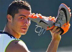 Todos  se preguntan si lo que tiene Cristiano Ronaldo en el hombro es un tatuaje o es simplemente una pintura de alguna broma o casualidad. Que crees? Hasta el dia de hoy no habiamos visto ningun tatuaje en el cuerpo de CR7. En este foto se puede ver el tatuaje de Cristiano Ronaldo, en la foto de Cristiano Ronaldo con su zapatos NIKE  el famoso futbolista tiene un tatuaje pequeno en el hombro,