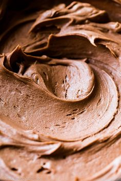 This Nutella buttercream frosting comes together with just 4 simple ingredients. Perfectly creamy and tastes incredible with chocolate cake, mocha cupcakes, and coconut cake. Recipe on… Nutella Cupcakes, Nutella Buttercream Frosting, Frosting Recipes, Cupcake Recipes, Cupcake Cakes, Icing, Gourmet Cupcakes, Oreo Cupcakes, Cookies
