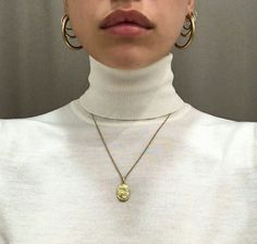 How to accessorize with earrigs and necklace for a chic annd trendy look Hipster Vintage, Style Hipster, Vintage Art, Street Style Photography, Fashion Photography, Look Fashion, 90s Fashion, Womens Fashion, Street Fashion