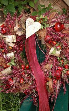 Dieser dekorative Kranz wurde aus Heide, Hagebutten, Zieräpfeln, Seggenlaub und Birkenrinde gestaltet