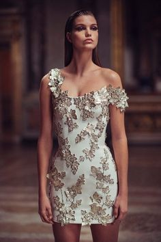 Discover the art of couture with the Atelier Versace Spring Summer collection: sophisticated creations inspired by regal decorative motifs. Style Haute Couture, Couture Fashion, Runway Fashion, Net Fashion, Latex Fashion, Milan Fashion, Versace Fashion, Versace Dress, Donatella Versace