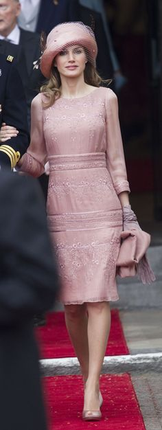 Princess Letizia of Spain at the 2011 wedding of HRH Prince William to Catherine Middleton in London. Flawless and elegant. A real classy woman Dress Skirt, Dress Up, Glamour, Queen Letizia, Pretty Dresses, Pink Lace Dresses, Pink Dress, Royal Fashion, Beautiful Outfits