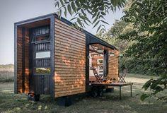 Dit tiny house meet slechts 22m2 aan oppervlakte, maar heeft desondanks onder andere een volwaardige keuken en kingsize bed.