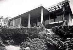 La entrada al Casa Cetto, calle del Agua 130, Jardines del Pedregal, México DF 1949  Arq. Max Cetto -  Entrance to Casa Cetto, Gardens of Pedregal, Mexico City 1949 #jardín