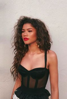 """Zendaya is living her life to the best of her potential. Whether if she's gracing Vogue's magazine cover, creating stunning clothes for her """"Daya By Zendaya""""co Zendaya Mode, Moda Zendaya, Zendaya Style, Zendaya Twitter, Zendaya Coleman, Pretty People, Beautiful People, Look Fashion, Hair And Beauty"""