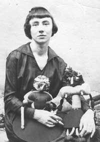 Hannah Höch mit Puppen