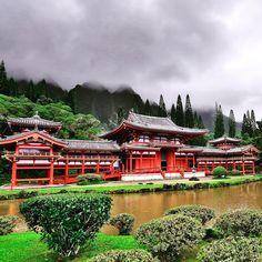O Byodo-In em Oahu é uma réplica do templo de 950 anos e Patrimônio das Nações Unidas em Uji, no Japão. A riqueza de detalhes na arquitetura é impressionante. Tem um sino de 3 toneladas e você pode tocá-lo para que a frequência da onda sonora traga boas vibrações. Esse é um passeio que a maioria não pensa em fazer quando vem para o Hawaii mas eu super recomendo. Custa U$3 por pessoa e é solicitado a remoção dos sapatos na entrada do edifício. #templobudista #saiadarota #vidalafora