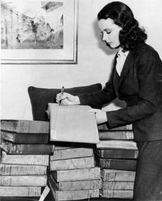 suicideblonde:  Vivien Leigh autographs a Braile edition ofGone with the Windspread over 30 volumes, April 1940