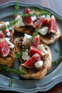 For Friday's Tapas Party Fig, goat cheese and caramelized onion bruschetta I Love Food, Good Food, Yummy Food, Yummy Yummy, Delish, Tapas, Fingers Food, Cooking Recipes, Healthy Recipes