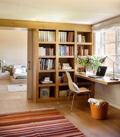 Un despacho en el pasillo. El estudio, que se usa sobre todo en invierno, es un cálido refugio de roble y, junto con el salón, la única estancia con suelo de madera. El escritorio es una balda volada, de la misma madera de roble, colocada justo bajo la ventana para poder leer con luz natural.