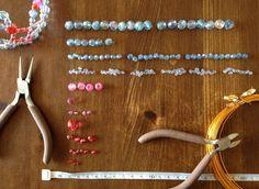 もう二年も前に(笑)幼稚園のバザー用に作ったアクリル・ビーズのティアラなんですが、その作り方に関する問い合わせを度々いただきます。 実際、同じ材料で、一...