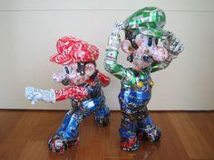 Bonecos do Mario e Luigi feitos de latinhas recicladas