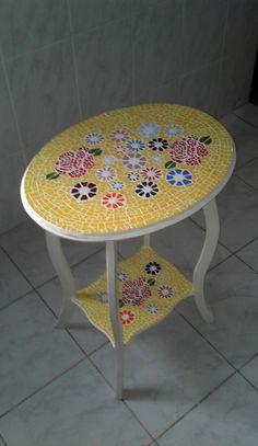 Mesa Mosaico Flores feita de azulejos