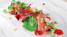 Tonno+pinna+gialla+marinato+al+basilico,+marmellata+di+pompelmo, finocchio+e+polvere+di+liquirizia