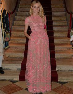 Valentino Diane Kruger. Espectacular con este modelo rosa bordado con manga corta al que añadió un clutch rosa flúor a juego con su manicura
