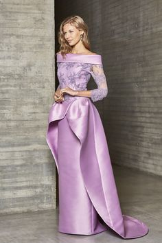 Ana Torres 2019Modelo 18260A Uno de los vestidos de madrina más originales de su colección. Mikado y encaje pedrería, con sobre cola.