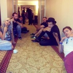 Harry, Lou,Cal and some of the crew members in the hotel corridor. this is wonderful Zayn Malik, Niall Horan, Harry Edward Styles, Harry Styles, Love Of My Life, My Love, Just Dream, I Love One Direction, Direction Quotes