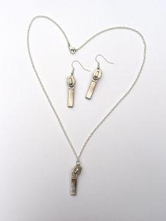 zipper jewelry Zipper Jewelry, Diy Jewelry, Jewelery, Jewelry Making, Unique Jewelry, Arrow Necklace, Gold Necklace, Pendant Necklace, Necklace Ideas