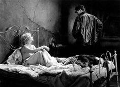 """Neste filme romântico e profundamente triste, o diretor Josef von Sternberg desenvolve, com técnica apurada, sua visão do mundo. Sem som, mas com atuações de cortar qualquer coração, """"Docas de Nova York"""" foi um filme aclamado em sua época e é um dos exemplos claro do que era o cinema mudo em Hollywood."""