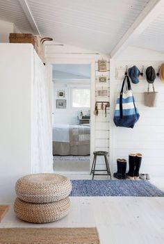 Ninan talon valoisassa eteisessä on punosjakkaroita varaistuimiksi. Taste Of Nature, House By The Sea, Weekend House, Live Long, Oversized Mirror, Sweet Home, Villa, Cottage, Koti
