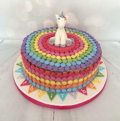 Wonderful Smarties Cake Decorating throughout Smarties Cake … Mini Cakes, Cupcake Cakes, Cupcakes, Unicorn Party, Unicorn Cakes, Rainbow Unicorn, Unicorn Birthday Parties, Bolo Laura, Smarties Cake