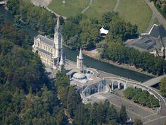 Lourdes, local de espiritualidade no Mundo recebe todos os anos mais de 5 milhões de visitantes.  Na foto: vista aérea da basílica de Lourdes