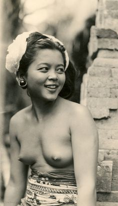 Balinese girl #2 (Underground PFV Uitgeverij) Tags: people bali woman history girl indonesia 1930s asia southeastasia culture structure topless hinduism sarong barebreasted nederlandsindië traditionalcostumes dutcheastindies efdbali